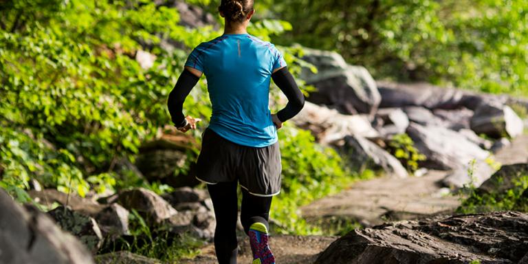 runner wearing knee sleeves and elbow sleeves